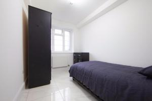 A bed or beds in a room at Bright luxury 2 bedroom apartment in London