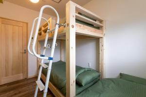 OYO Hotel Kaien Aizuwakamatsuにある二段ベッド