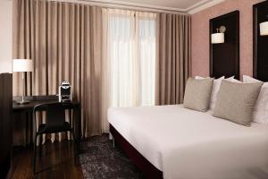 Ein Bett oder Betten in einem Zimmer der Unterkunft Hôtel Elysées Régencia