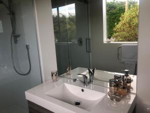 A bathroom at Southland Organic Farmstay