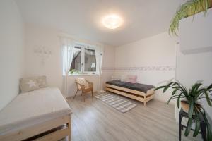 Postel nebo postele na pokoji v ubytování Prázdninový dům pod Peklákem