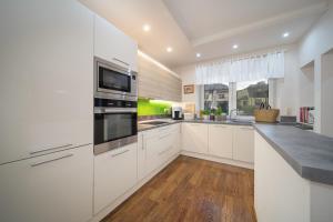 Kuchyň nebo kuchyňský kout v ubytování Prázdninový dům pod Peklákem