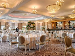 A restaurant or other place to eat at Castlecourt Hotel, Spa & Leisure