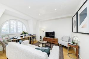 A seating area at Fitzrovia by CAPITAL