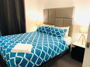 A bed or beds in a room at Comfort HS Apartment