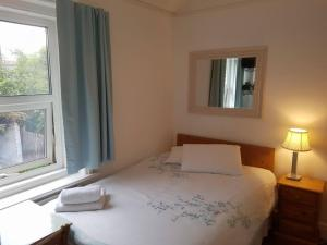 A bed or beds in a room at A & B Guest House Cambridge Ltd
