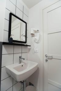 A bathroom at Ostello Bello Lake Como