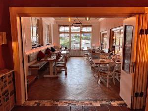 Ein Restaurant oder anderes Speiselokal in der Unterkunft Schützenhof Kirchhatten