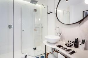 One Shot Palacio Conde de Torrejón 09 tesisinde bir banyo