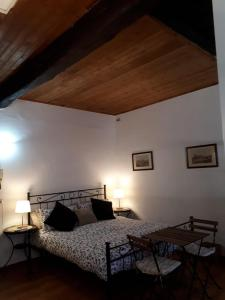 A bed or beds in a room at L'edera al Colosseo