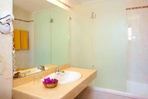 Een badkamer bij SBH Hotel Royal Mónica