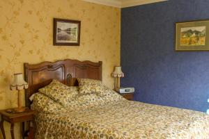 A bed or beds in a room at Creagan House