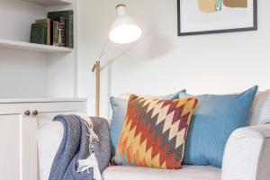 A seating area at Romantic Cottage Escape with Picturesque Gardens in Bath