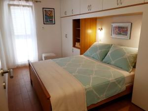 A bed or beds in a room at Apartments Kuzmanic