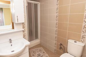A bathroom at Comfortable, near Sabiha Gokcen Airport and Viaport Shopping Center 2 BR
