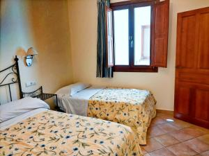 A bed or beds in a room at Abadia Suites