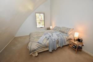 A bed or beds in a room at Treetops Eco Loft