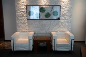 A seating area at HOTEL APERTO (Adult Only)
