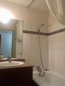 A bathroom at Résidence Les Arches