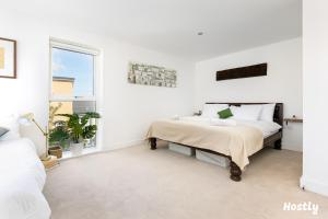 A bed or beds in a room at Elephant Court - Comfortable, spacious house with parking