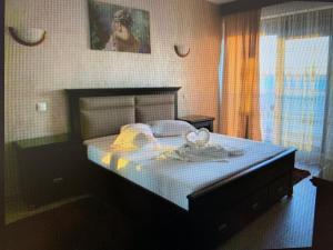 Un pat sau paturi într-o cameră la Sophia Mamaia Center Apartments