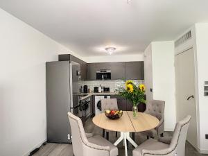 A kitchen or kitchenette at Modern apartment in Cannes Palm Beach