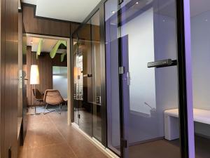 A bathroom at La Paix Hôtel Contemporain Brest centre ville