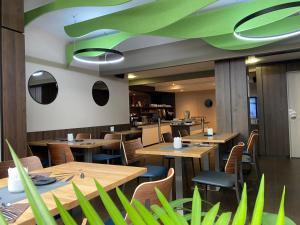 A restaurant or other place to eat at La Paix Hôtel Contemporain Brest centre ville