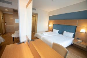 Un pat sau paturi într-o cameră la Elektra Hotel & Spa