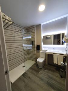 A bathroom at Hotel Azar