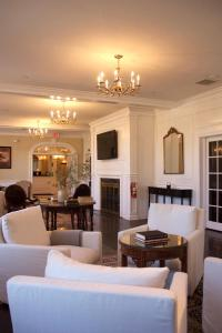 The lounge or bar area at Litchfield Inn