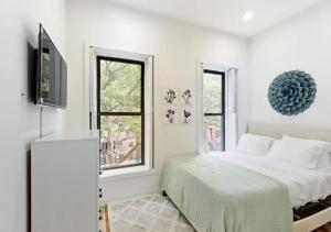 A bed or beds in a room at HUGE CONTEMPORARY DUPLEX 3 BR LUXURY APARTMENT