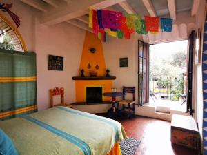 A bed or beds in a room at Casa de Espíritus Alegres