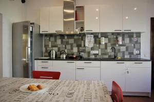 A kitchen or kitchenette at Central Hostel Jelgava