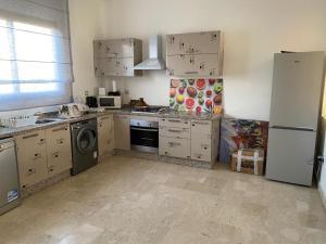 A kitchen or kitchenette at Villa du bonheur (Appel Garden)