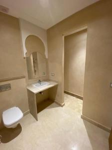 A bathroom at Villa du bonheur (Appel Garden)