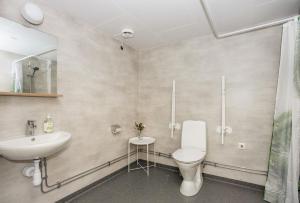 Ett badrum på Hestra Guesthouse