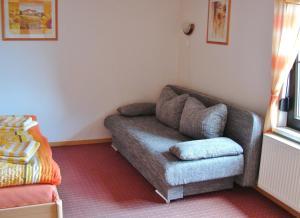 Ein Sitzbereich in der Unterkunft Ferienwohnung Rennsteigblick