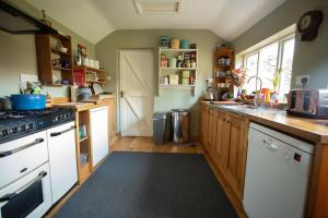 A kitchen or kitchenette at The Artists Cottage
