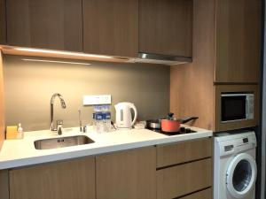 A kitchen or kitchenette at Riverdale Residence Xintiandi Shanghai 长河国际公寓新天地