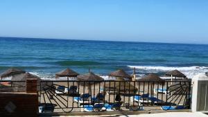 Výhled na bazén z ubytování Skol 318C by Completely Marbella nebo okolí