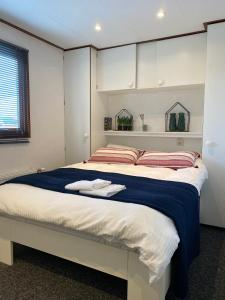 A bed or beds in a room at C'est la Vie Houseboat