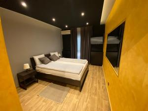 A bed or beds in a room at Motel Stari Hrast