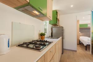 Kuchnia lub aneks kuchenny w obiekcie Mobile Homes Lopari