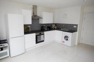 A kitchen or kitchenette at sleeps Up To 4 1 Bedsecure Parking