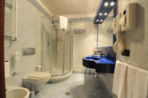 A bathroom at Hotel Parisi