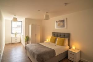 A bed or beds in a room at Dream Apartments Silkhouse Court