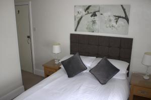 A bed or beds in a room at Southernhay Guest House