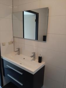 A bathroom at Zomerhuis Carolina