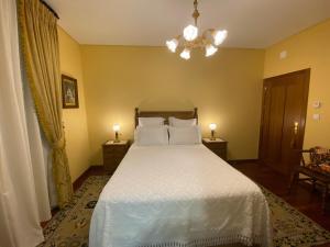 A bed or beds in a room at Solar De Alarcao